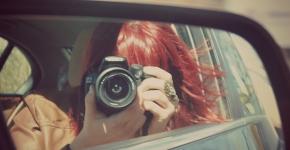 Reflet d'un objectif dans un rétroviseur